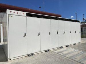 Hranilnik električne energije (proizvajalec Tesla) v tovarni Talum-Kidričevo