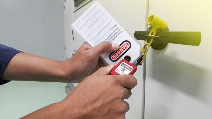 Varnost vzdrževalcev na prvem mestu (LOTO – Lock Out/Tag Out = ZAKLENI/OZNAČI) Osamitev opreme, odstranitev virov energije, zaklepanje in označevanje pri vzdrževanjuVarnost vzdrževalcev na prvem mestu (LOTO – Lock Out/Tag Out = ZAKLENI/OZNAČI) Osamitev opreme, odstranitev virov energije, zaklepanje in označevanje pri vzdrževanju